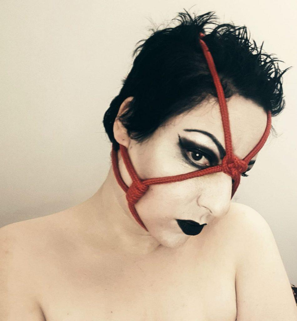 head cage tie